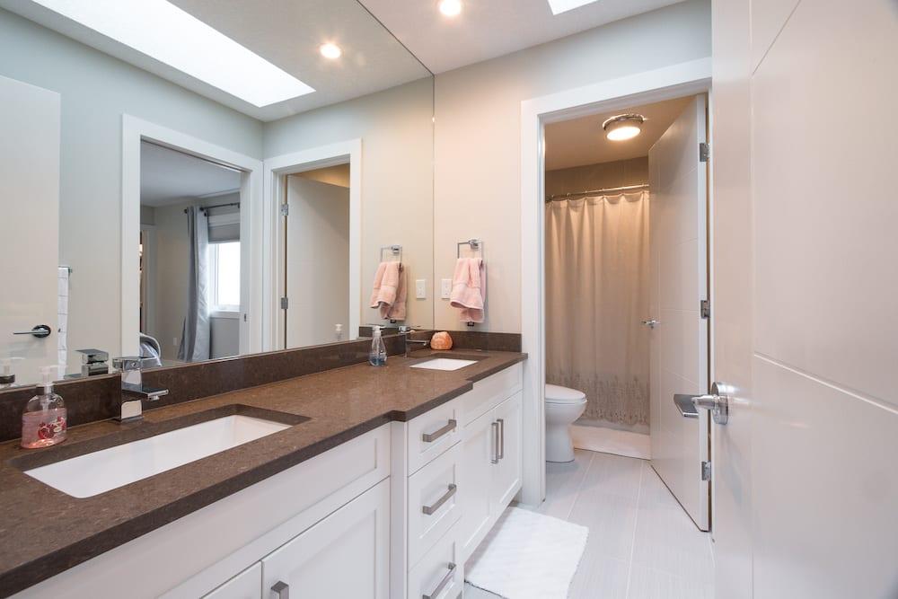 132 Baysprings Court Full Bathroom