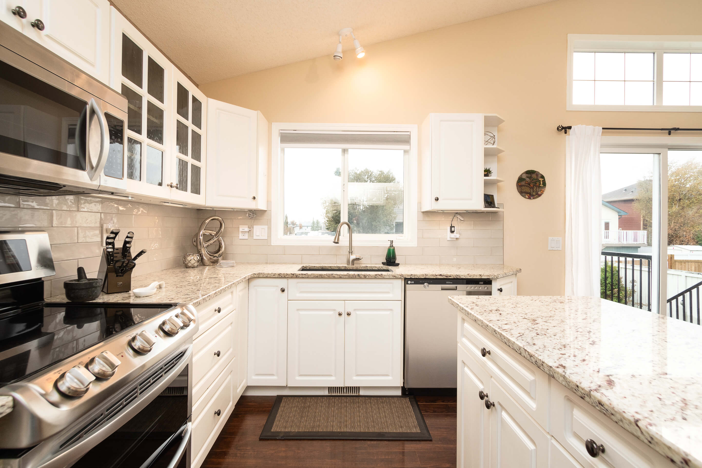 Hello Gorgeous - 225 Stonegate Crescent NW Airdrie - Tara Molina Real Estate (9 of 37)